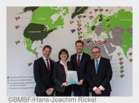 Übergabe der Förderurkunde an die GOBI-Unternehmen druch Staatssekretär Dr. Georg Schütte (2.v.r.) (Bildquelle: BMBF/Hans-Joachim Rickel)