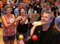 Stephan Ehlers jongliert am 10. Juli auf dem K&ouml;nigsplatz mit mehreren hundert ...        <a href=