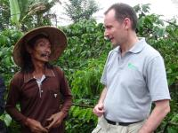 Nigel Sizer auf einer Kaffeefarm in Indonesien. Foto: Rainforest Alliance