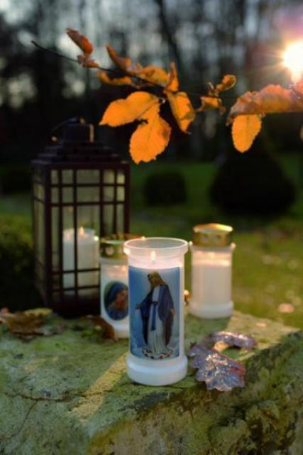Kerzen schmücken die gräber der verstorbenen fotovermerk bolsius