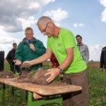 """Der """"Bodenkurs im Grünen"""" vermittelt praxisnah die Grundlagen der Regenerativen Landwirtschaft (Bildquelle: Uwe E. Nimmrichter)"""
