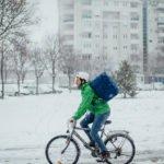 Wer trotz Schmuddelwetter mit Fahrrad oder E-Scooter unterwegs ist