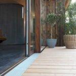 In Holz besonders gut umsetzbar: Terrassentüren ohne Schwellen. (Bildquelle: Bundesverband ProHolzfenster/Siegenia)