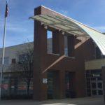 USA Ruge 2019.04 1609 High School Eingang aq 300g