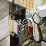 Der REA LABEL DS Durchlaufdruckspender erhöht den Automatisierungsgrad in der Produktion.