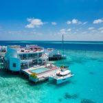 Shades of blue: Die LUX* Overwater Retreats mit eigenem Bootsanleger (Bildquelle: @LUX* North Male Atoll Resort & Villas)
