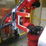 Der seitlich zum Rollgang platzierte Roboter scannt den gesamten Rohrumfang über 360 Grad.