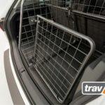 Hunde im Auto sichern mit Travall Hundegitter und Heckgitter